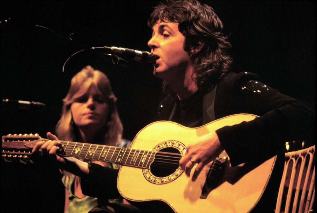 Paul y Linda Mc Cartney dando una presentación.